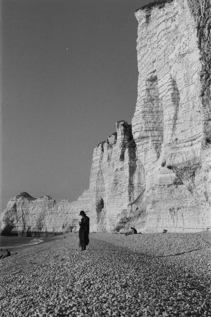 femme sur la plage d'étretat falaises