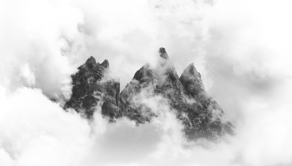 aiguilles d'arves dans les nuages à Albiez Savoie Alpes maurienne