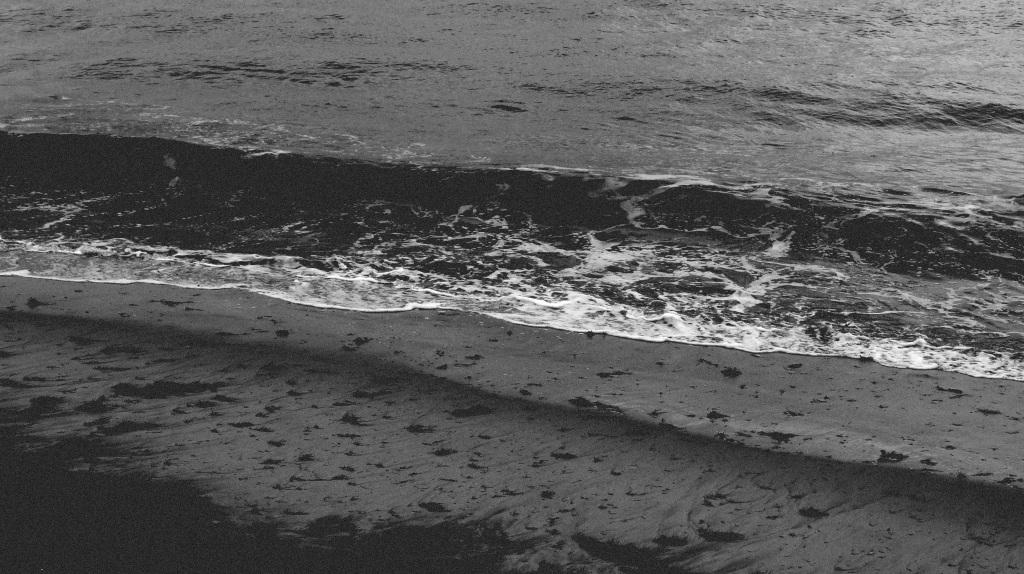 vagues noires au bord de la plage